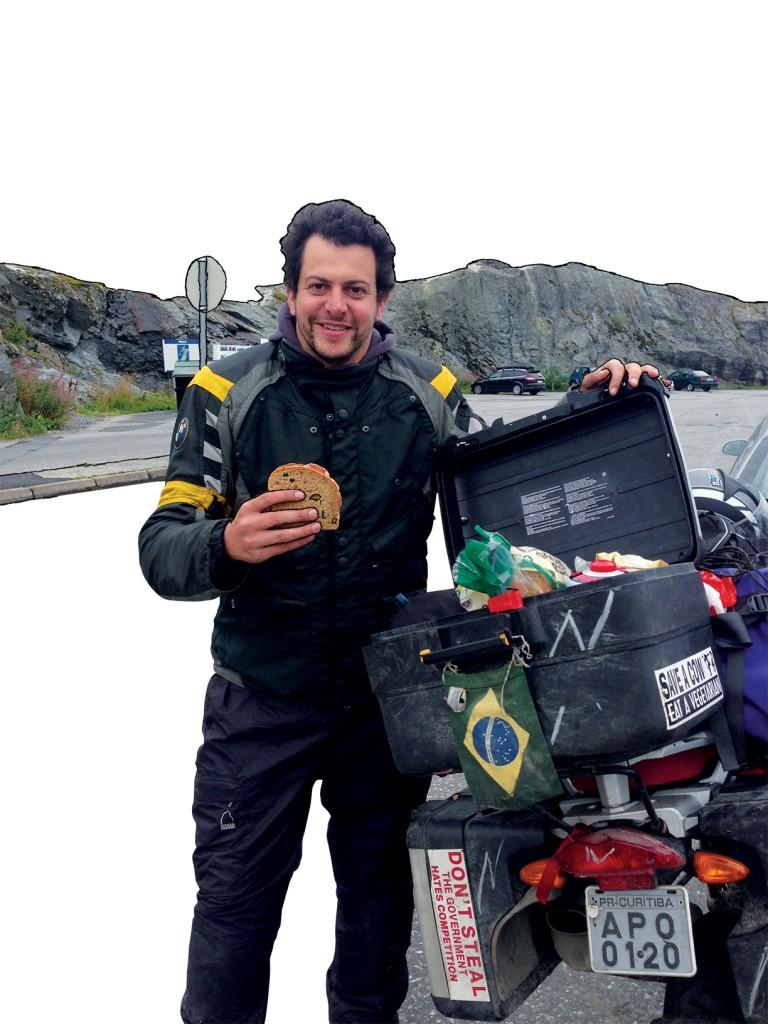 Beto Madalosso comendo na estrada