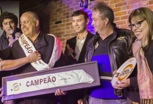 Dom Rodrigo recebe troféu de vencedor do Comida di Buteco