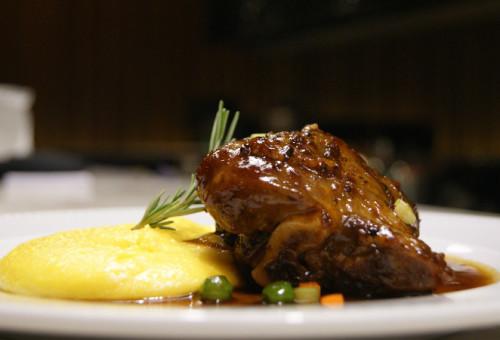 cordeiro_stinco-de-cordeiro-com-polenta-cremosa_la-varenne-gastronomia