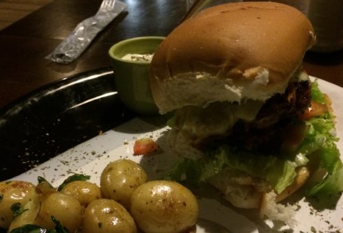 hamburguer da Bee House Ilha do Mel