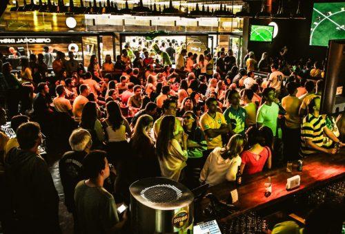 multidão assiste aos jogos da copa do mundo no +55