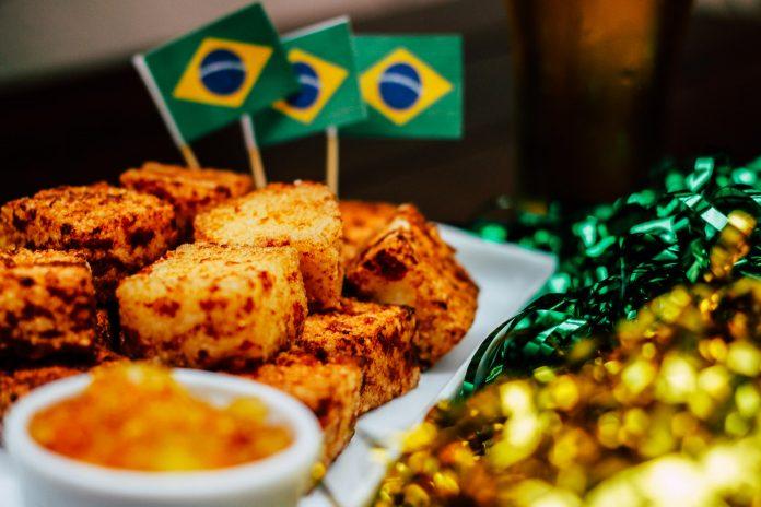 dadinhos de tapioca fritos com bandeirinhas do brasil no Emporio Kaminski