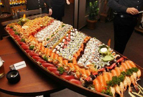 Barca de sushis e sashimis do restaurante taj bar