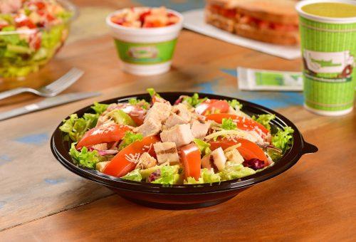 prato de salada de alface tomate e atum do restaurante tropical banana